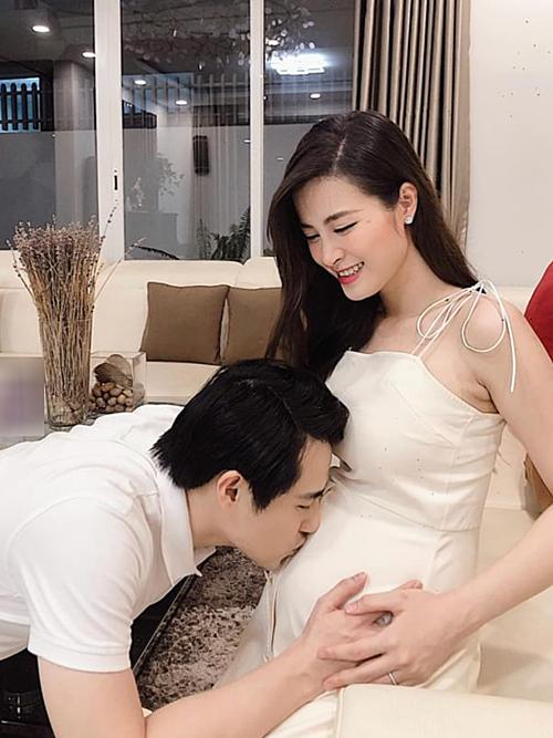 Hôm qua, vợ chồng Đông Nhi tiết lộ đang mang bầu bé gái. Bữa tiệc tiết lộ giới tính thai nhi được diễn ra thân mật tại nhà, với sự tham gia của bố mẹ hai bên và môt số fan thân thiết của Đông Nhi - Ông Cao Thắng.
