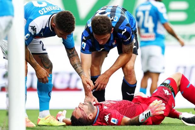 Có vẻ đầu gối của Caldara đã đập vào trán thủ môn Napoli khiến anh này chảy máu đầm đìa. David Ospina tỏ ra đau đớn ra dấu cần được chăm sóc. Thủ thành người Colombia nằm ra sân gần cầu môn và được đồng đội cũng như đối thủ hỏi thăm sau pha va chạm nguy hiểm.