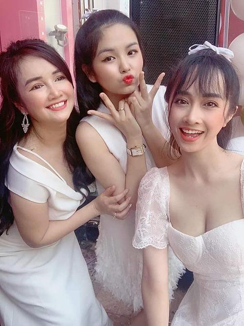 Phương Anh (ngoài cùng) được nhận xét sở hữu nhan sắc không thua kém chị gái nhưng cô không tìm đến các cuộc thi hoa hậu hay trở thành diễn viên vì mác em gái Nhã Phương.