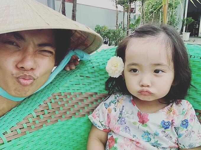 Con gái Phan Hiển làm mặt xấu khi pose hình cùng bố.