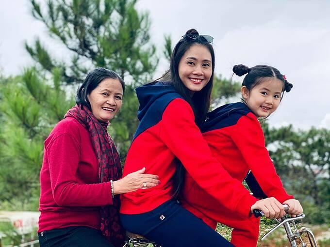 Diễn viên Thanh Hiền hạnh phúc bình yên bên mẹ và con gái Grammy.