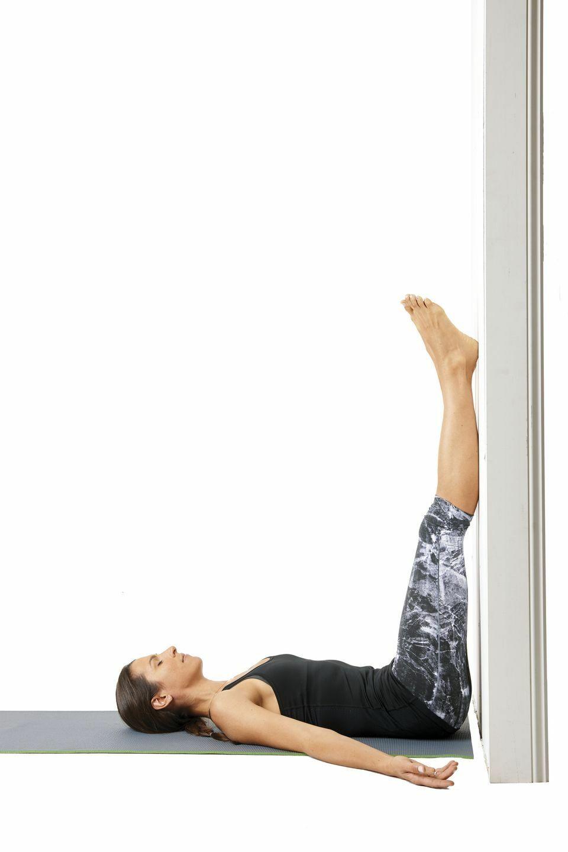 Bạn nằm ngửa, giơ hai chân lên đặt song song bức tường. Giữ yên từ 10 nhịp thở đến 10 phút. Một số người nằm ngủ trong tư thế này để phục hồi thể trạng. Động tác giúp giảm căng thẳng ở chân, bàn chân và lưng, kéo giãn cơ đùi sau và cơ mông.