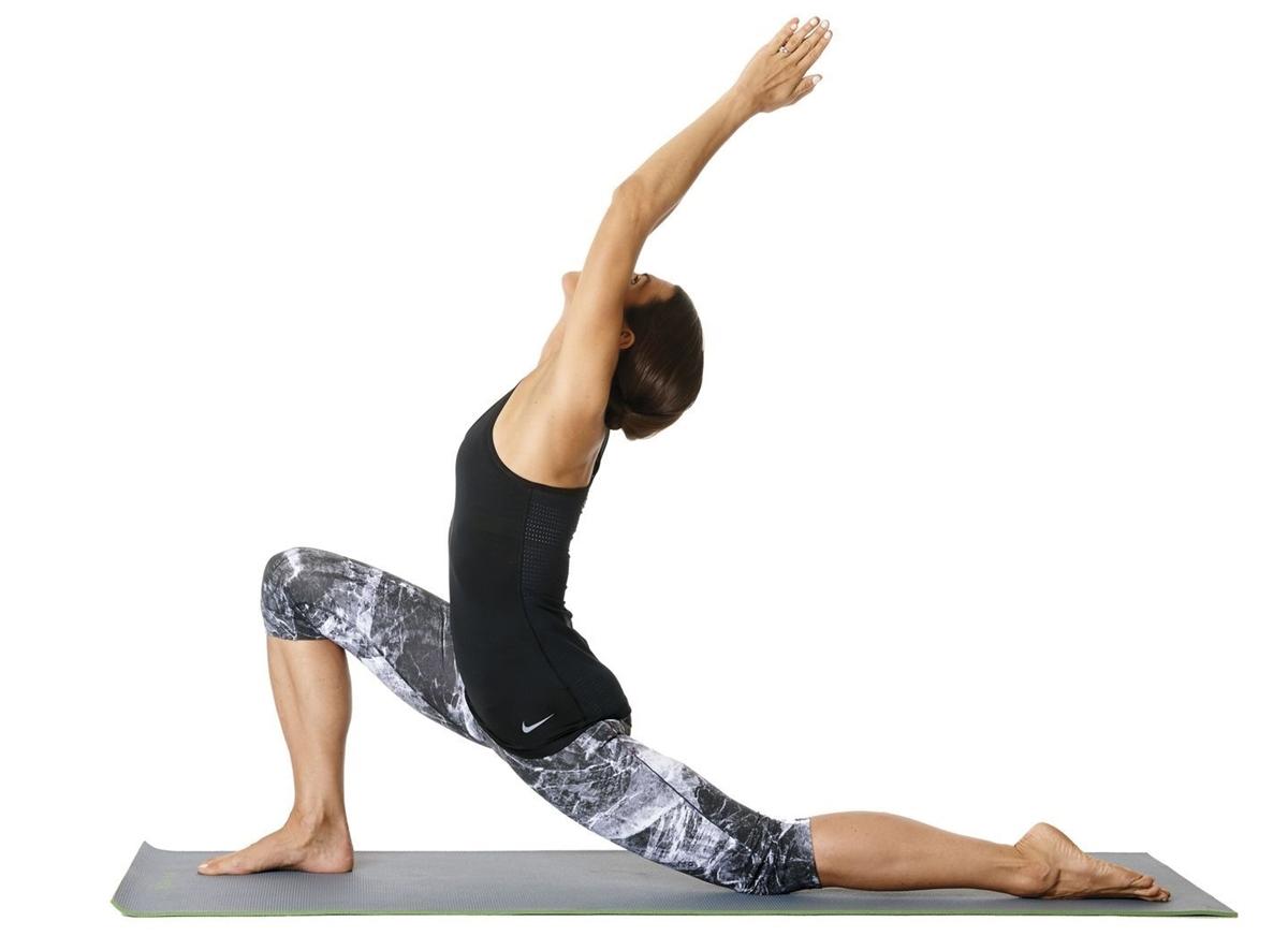 Từ tư thế chó cúi mặt, bước chân phải về phía trước giữa hai tay, đầu gối vuông góc sàn. Runner đẩy chân trái ra sau, đầu gối chạm sàn, nâng thân người thẳng đứng. Tiếp theo, giơ tay lên cao, nghiêng sang hai bên và giữa đầu, mắt nhìn theo tay. Giữ trong 10 nhịp thở, sau đó lặp lại ở chân trái. Động tác giúp kéo giãn cơ hông, tăng sức mạnh cho cơ đùi sau và trước.