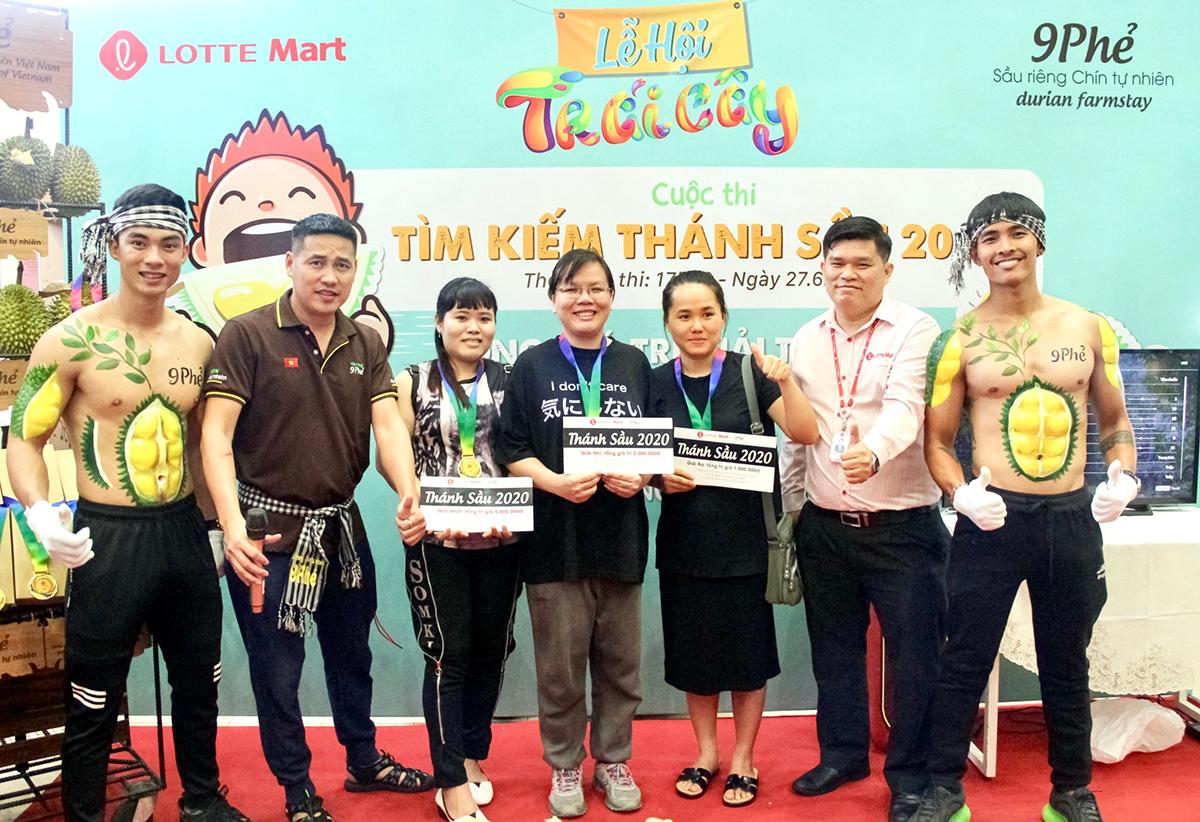 CEO 9 Phẻ - anh Nguyễn Chí Cường, Giám đốc Lotte Mart quận 7 TP. HCM chúc mừng 3 bạn đoạt giải cao nhất cuộc thi Thánh Sầu 9 Phẻ 2020.