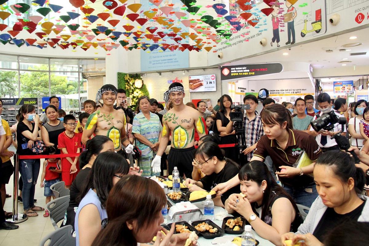 Các khách hàng đi siêu thị Lotte Mart Quận 7 ngày 27/6 tham gia cuộc thi ăn sầu riêng 9 Phẻ.