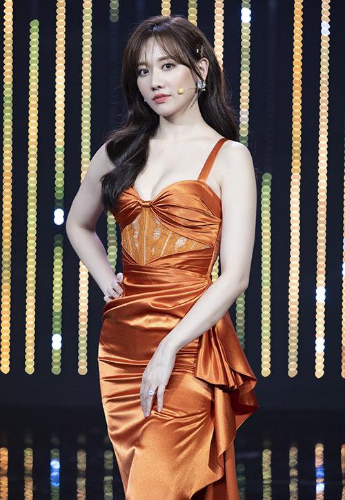 Hari Won khoe ngực đầy khi diện váy cam đi ghi hình tập 10 chương trình Quý ông đại chiến.