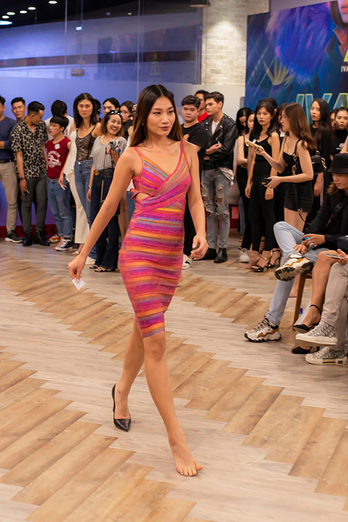 Trước yêu cầu đột ngột của nhà thiết kế, dàn người mẫu trẻ tỏ ra khá hào hứng, họ tranh thủ thời gian tập luyện để gây được ấn tượng tại buổi casting.