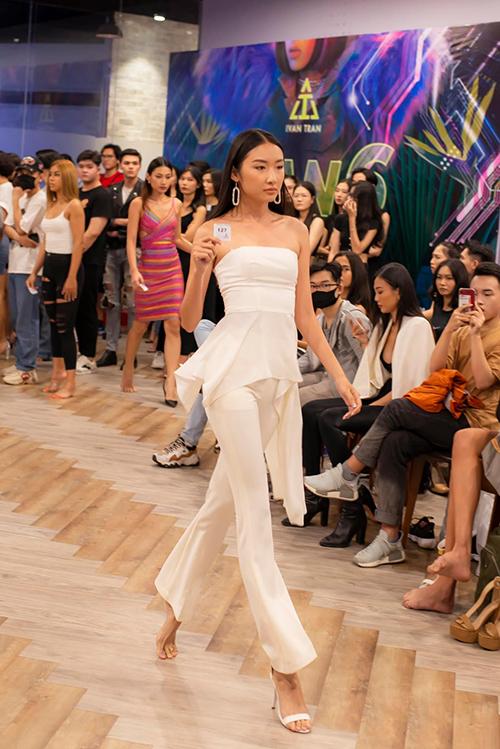 Tại buổi casting, Ivan Trần gây bất ngờ khi yêu cầu người mẫu nữ catwalk với một chiếc giày cao gót. Thử thách này không dễ thực hiện bởi người mẫu phải nhón chân, giữ khung người chắc để tránh bị nhấp nhô khi trình diễn.