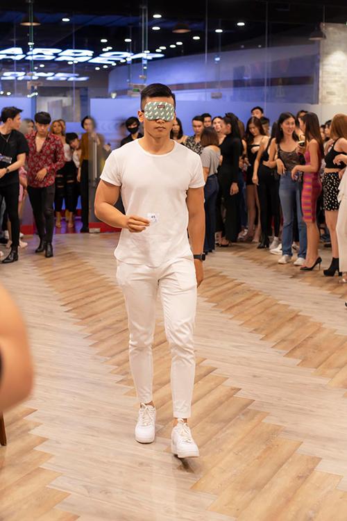 Đối với dàn mẫu nam, họ phải bịt mắt khi catwalk. Nhà thiết kế giải thích: Vì trong show diễn lần này, các người mẫu có thể phải đeo nhiều phụ kiện che đường đi thì phải làm chủ được bản thân.