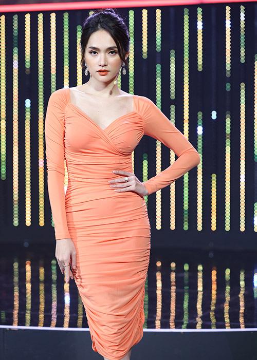 Hoa hậu chuyển giới Hương Giang mặc một thiết kế bó sát. Cô là thành viên ban bình luận cùng Hari Won, Lâm Vĩ Dạ và Lan Ngọc.