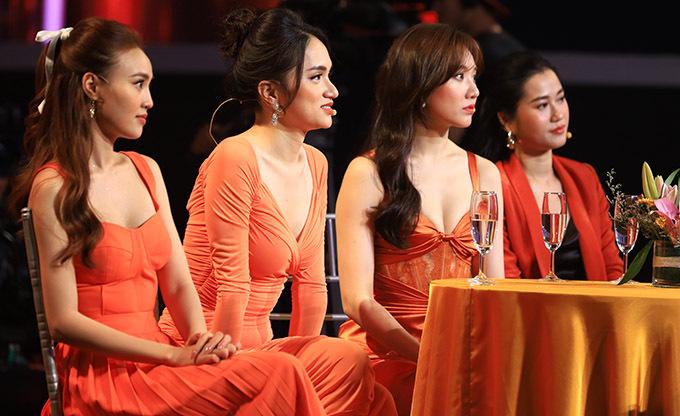 Các sao nữ hào hứng nghe 5 trai đẹp tham gia chương trình chia sẻ về nụ hôn đầu tiên của họ.