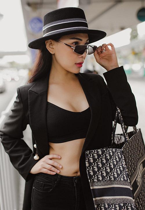 Diễn viên Quỳnh Thư cũng phanh áo vest, khoe vòng hai khi ra sân bay.