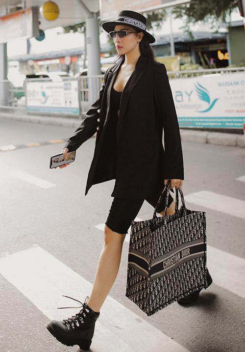 Cô đội mũ, xách túi hàng hiệu trông rất sành điệu, cá tính.