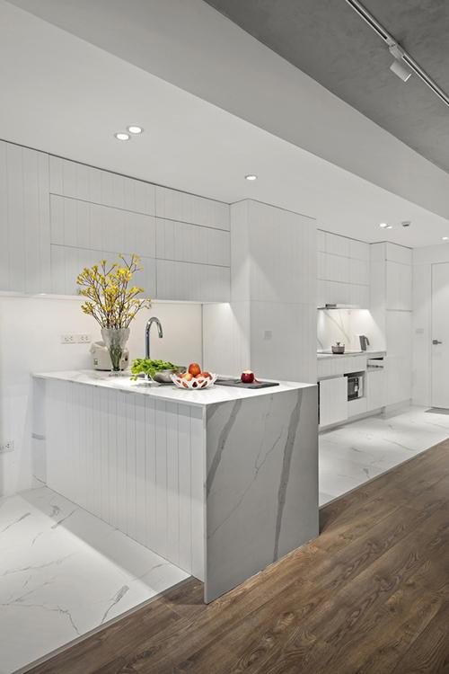 Khu bếp được lát đá marble, tạo sự hiện đại, tông trắng giúp bếp trở nên rộng rãi.