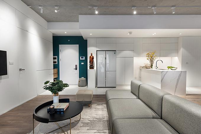 Nhóm đã tư vấn, đưa ra giải pháp cải tạo căn hộ gồm phá bỏ một số tường ngăn có sẵn, quy hoạch lại không gian để căn hộ thoáng, rộng, đón nhiều nắng. Dựng hệ thống tủ, vách ngăn giúp tiết kiệm diện tích, tăng không gian trữ đồ đạc. Dỡ trần thạch cao, sử dụng trần bê tông giúp tăng không gian, tạo sự thông thoáng cho căn hộ.