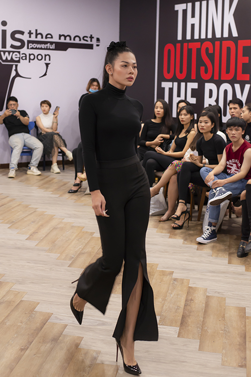 Buổi tuyển chọn người mẫu cho show xuân hè 2020 của nhà thiết kế Ivan Trần thu hút dàn người mẫu chuyên nhiệp và nhiều gương mặt trẻ của làng mẫu Việt.