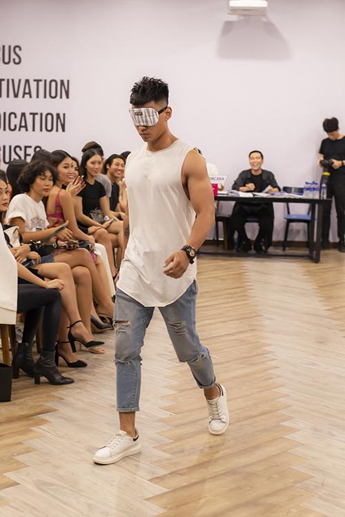 Thử thách bịt mắt khi trình diễn thời trang cũng mang đến nhiều tình huống hài hước tại buổi casting. Một số mẫu nam giữ trọng tâm và thăng bằng không tốt đã đi chệch khỏi đường băng.