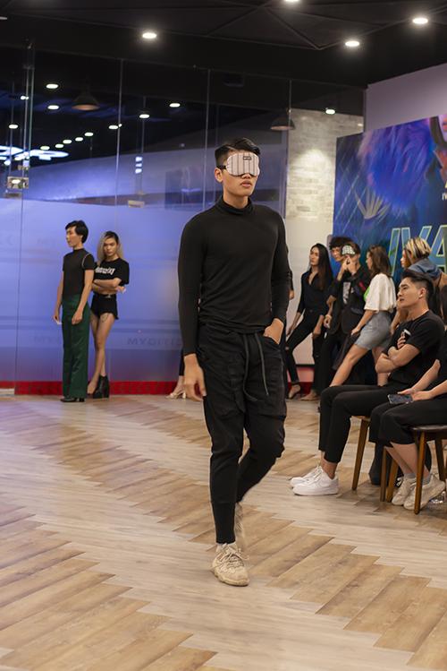Theo nhà mốt, bộ sưu tập  lần này mang hơi hướng ứng dụng nhiều, nên các người mẫu tham gia đều phải thật chuyên nghiệp để toả sáng và tôn lên được nét đẹp của bộ trang phục.