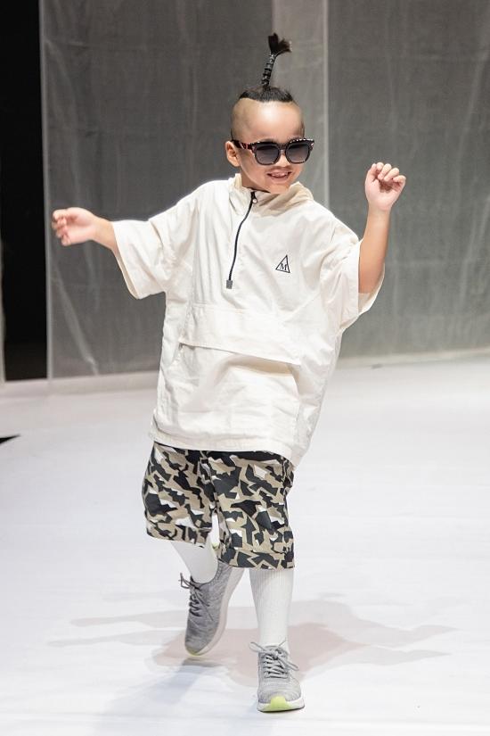 Nhím diện trang phục thể thao năng động. Vừa bước ra sàn diễn, cậu bé gây chú ý khi vừa catwalk vừa giơ tay hay đá chân một cách ngẫu hứng.