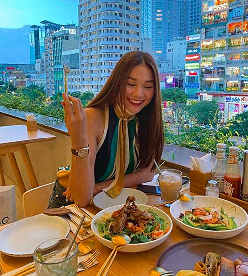 Ngoài ở nhà nấu ăn, Thanh Hằng cũng rất chăm chỉ ăn hàng, tụ tập bạn bè. Cô có danh sách nhiều quán quen vừa có view đẹp vừa có nhiều món ăn ngon để hẹn hò.