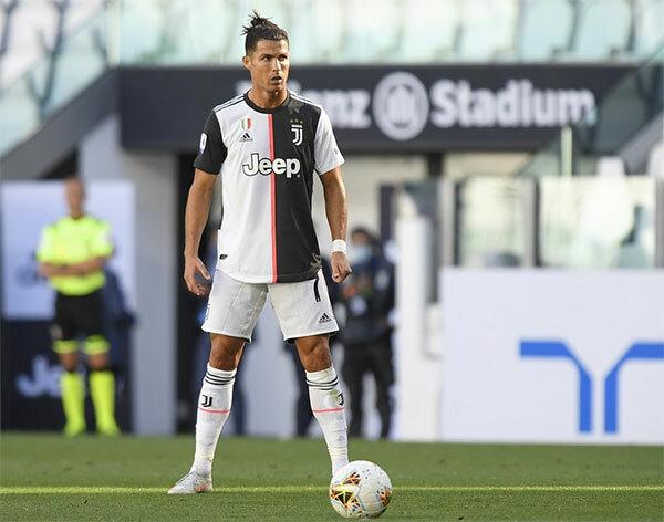 C. Ronaldo sút phạt thành bàn góp công vào chiến thắng 4-1 của Juventus trước Torino hôm 4/7. Ảnh: Instagram.