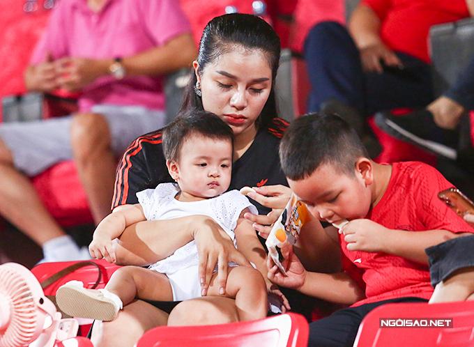 Tối 5/7, Khánh Linh cùng con gái Sushi có mặt tại sân Hàng Đẫy để cổ vũ cho Bùi Tiến Dũng khi Viettel đối đầu với Hà Nội ở vòng 8 V-League 2020.
