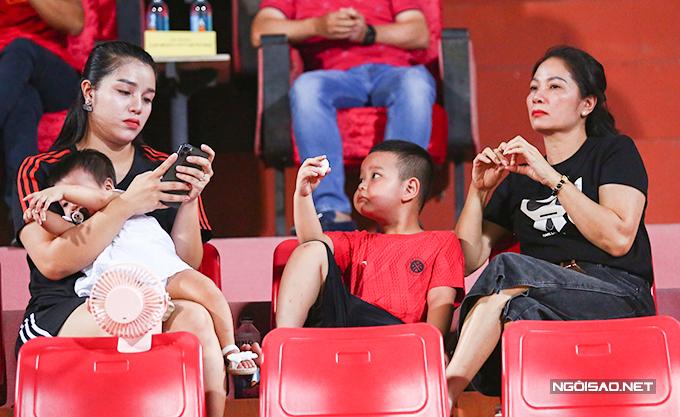 Ngồi cạnh Khánh Linh còn có mẹ và em trai ruột của cô.