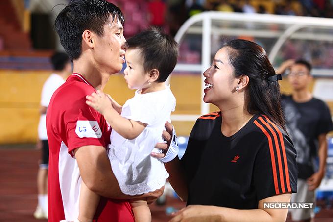 Kết thúc trận đấu, Khánh Linh đưa con gái xuống sân để trò chuyện với Bùi Tiến Dũng.