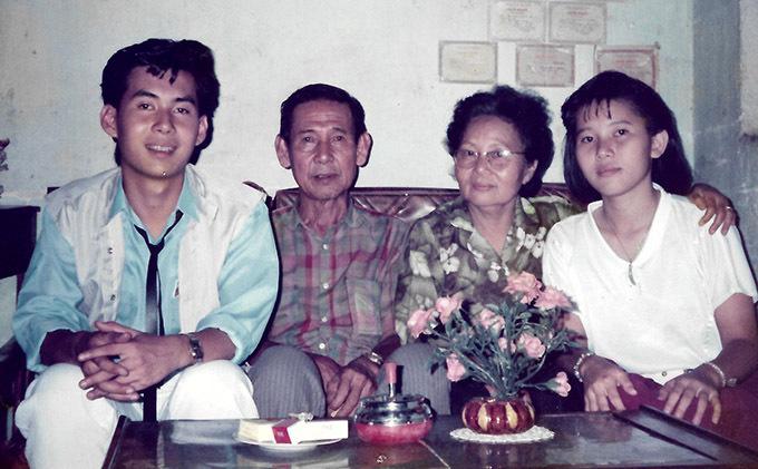 Đoan Trường chụp ảnh cùng bố mẹ và em gái năm 1987, khi anh chuẩn bị sang Nga du học.
