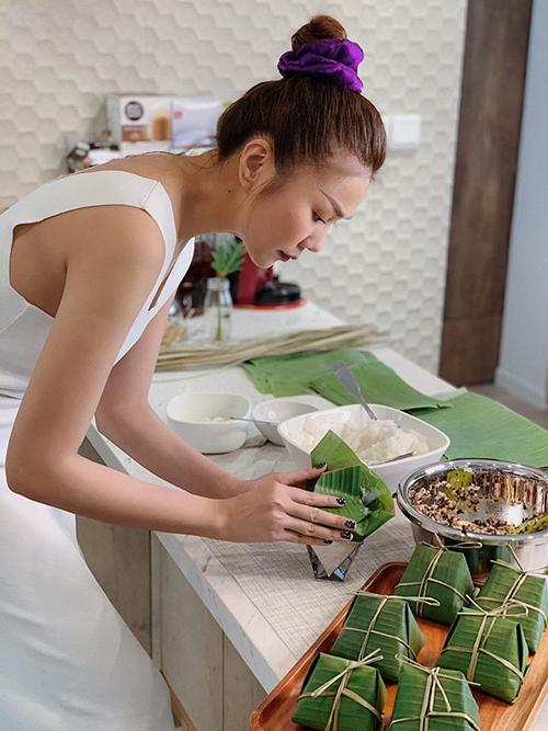 Người đẹp chứng tỏ khả năng nấu nướng bằng những món cầu kỳ, tốn nhiều công đoạn như bánh giò. Dịp nghỉ lễ 30/4-1/5, Thanh Hằng dành nửa ngày quanh quẩn trong căn bếp để làm món ăn mang đậm hương vị ẩm thực Việt.