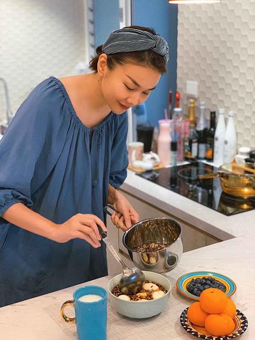 Trong thời gian ở nhà nghỉ dịch, người đẹp có cơ hội làm đủ món ngon, thoả mãn đam mê nấu nướng và ăn uống. Cô bắt kịp trào lưu làm trứng ngâm tương kiểu Hàn quốc, làm 20 quả và nhờ bạn bè ăn thử.
