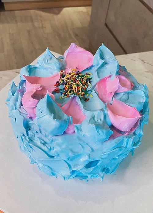 Thế là chiếc bánh đầy ngẫu hứng ra đời. Chiếc bánh kem mình làm chưa thật sự hoàn hảo nhưng có thể khiến mẹ mình vui. Và tất nhiên, sự đầu tiên nhất định phải dành cho mẹ. Happy Mothers day, Thanh Hằng chia sẻ. Chiếc bánh phối hai màu hồng và xanh ngọt ngào, tạo hình độc đáo.