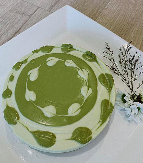 Không chỉ làm các món mặn, nàng siêu mẫu còn có thể xử đẹp các món bánh ngọt kiểu Âu. Mới đây, cô dành tặng người bạn thân nhất món bánh matcha cheesecake vị trà xanh và phô mai. Thanh Hằng còn chia sẻ mẹo tạo hình trái tim cho chiếc bánh rất đơn giản.