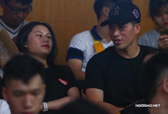 Tối 5/7,  Đình Trọng và bạn gái Trang Heo tới sân Hàng Đẫy để cổ vũ cho CLB Hà Nội trong trận đấu với Viettel ở vòng 8 V-League 2020. Cặp đôi mặc áo cùng thương hiệu màu đen.
