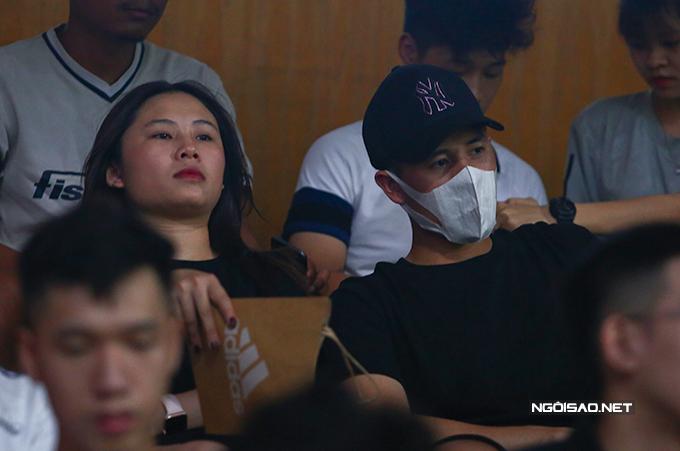 Dù Đình Trọng và bạn gái ngồi tận trên khán đài tầng hai nhưng anh vẫn bị giới truyền thông phát hiện ra. Để tránh gây chú ý, anh đeo khẩu trang.