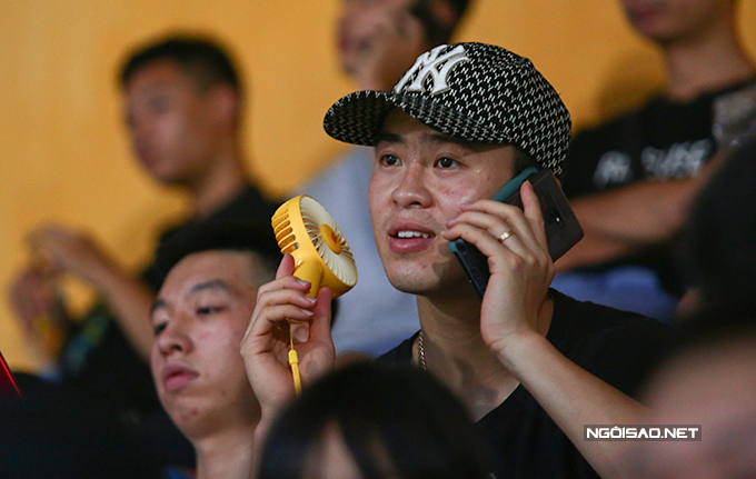Duy Mạnh cũng ngồi trên tầng hai khán đài sân Hãng Đẫy. Bộ đôi trung vệ của CLB Hà Nội đang điều trị chấn thương tại Trung tâm PVF (Hưng Yêu). Duy Mạnh phải đầu năm sau mới có thể trở lại. Trong khi đó, Đình Trọng dự kiến sẽ trở lại trong tháng 7 hoặc tháng 8.