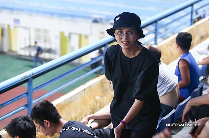 Huyền Mi - vợ tiền đạo Văn Quyết diện bộ trang phục màu đen tới sân.