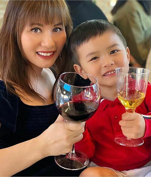 Bé Thiên Từ - con trai Đan Trường và bà xã Thuỷ Tiên hào hứng dự tiệc cùng mẹ.