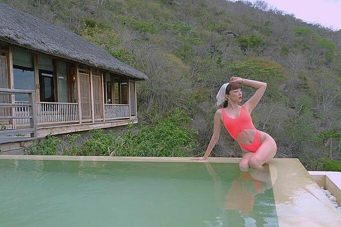 Tóc Tiên khiến nhiều người mê mẩn khi diện áo tắm khoe eo thon khi du lịch ở Nha Trang.