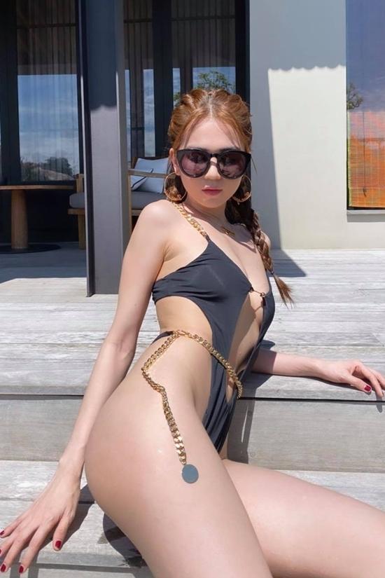 Ngọc Trinh nghỉ dưỡng ợ một resort sang chảnh, nổi tiếng ở Ninh Thuận. Thời tiết nắng đẹp, không khí biển thoáng đãng khiến cô quyết định diện bikini.