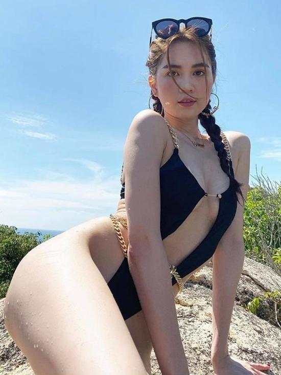 Để có những hình ảnh đẹp, Ngọc Trinh không ngại lăn xả dưới nắng chụp hình.