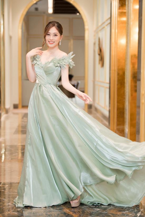 Á hậu Phương Nga hóa công chúa lộng lẫy trong xiêm y xòe rộng bồng bềnh màu pastel dịu nhẹ, điểm nhấn là chi tiết trang trí 3D sinh động trên ngực và vai.