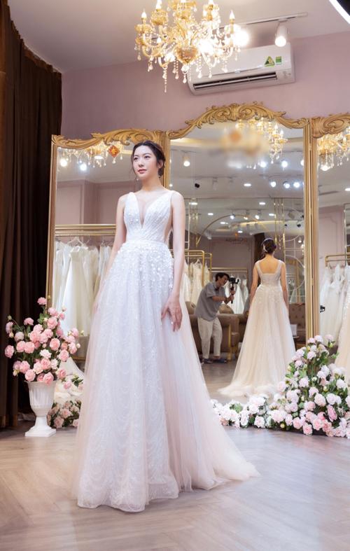 Thiết kế có hàng chục lớp lưới với các tông màu chuyển dần từ hồng nhạt sang tím, giúp bộ cánh biến ảo màu sắc dưới ánh sáng. Nếu cô dâu chọn diện váy ở hôn lễ ngoài biển, váy sẽ có màu tím lavender nhũ bạc.