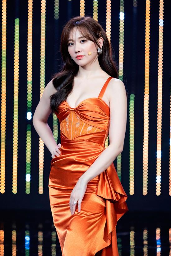 Stylist 8X ngay lập tức bị thu hút bởi diện mạo của Hari Won: Sắc cam rực rỡ làm bật lên làn da trắng mịn, trong khi thiết kế cúp ngực và kỹ thuật xếp nếp sắc sảo khiến vóc dáng Hari thêm quyến rũ.