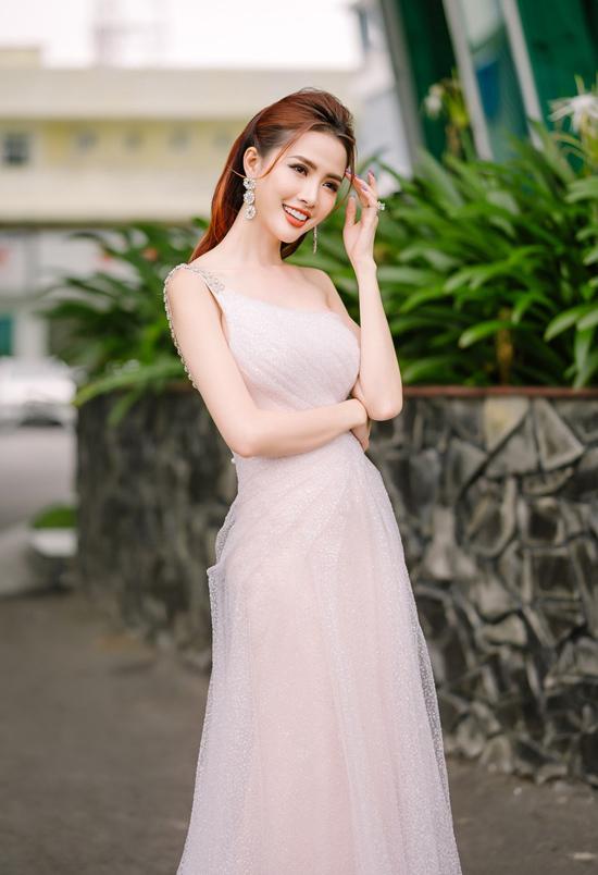 Hoa hậu Đại sứ Du lịch Thế giới 2018 Phan Thị Mơ ghi điểm với mẫu váy lệch vai xốp nhẹ ngọt ngào, phảng phất hơi thở lãng mạn.