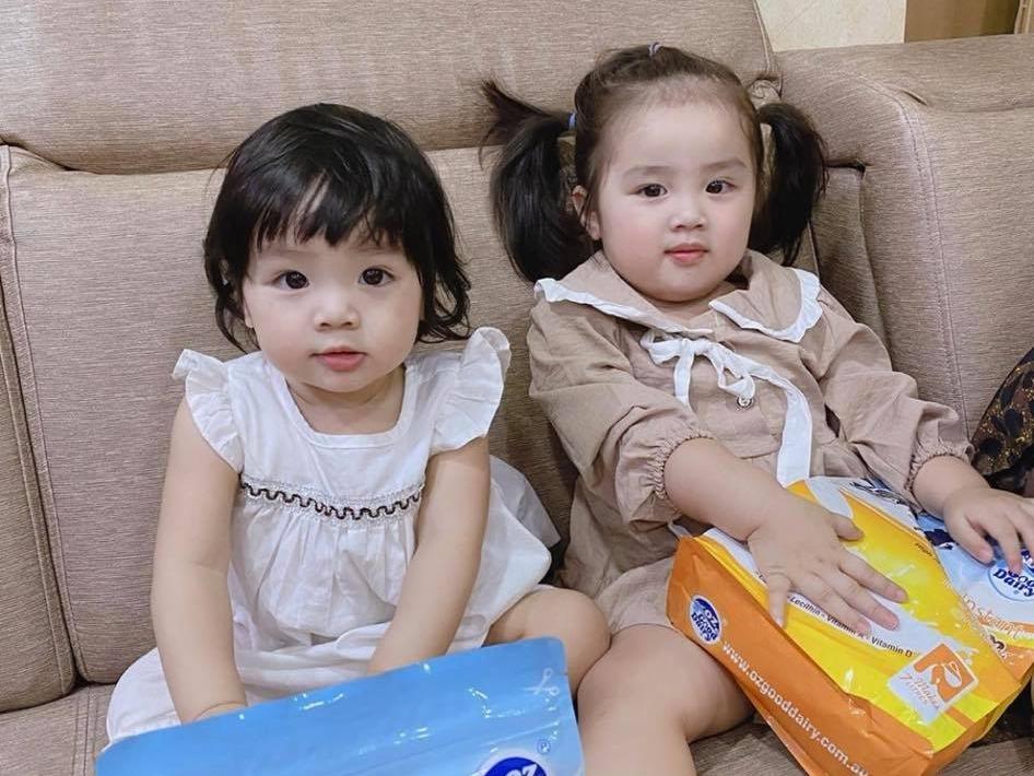 Ở nhà, hai cô bé được mẹ kèm thêm đọc chữ. Tuy chưa biết nói nhiều, hai bé đã thuộc 24 chữ cái, nhận biết được mặt chữ, biết tất cả các màu, con vật, đếm số bằng tiếng Anh, bà mẹ trẻ khoe.