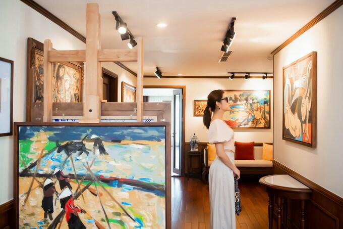 rên du thuyền còn có một phòng tranh nhỏ, triển lãm các tác phẩm của họa sĩ Phạm Lực. Huyền My dành nhiều thời gian ngắm nhìn các bức tranh và tìm hiểu thêm về lịch sử con tàu Bình Chuẩn năm xưa của vua tàu thủy Bạch Thái Bưởi. Cô coi đây là một cách tiếp cận lịch sử rất mới mẻ và đáng giá.