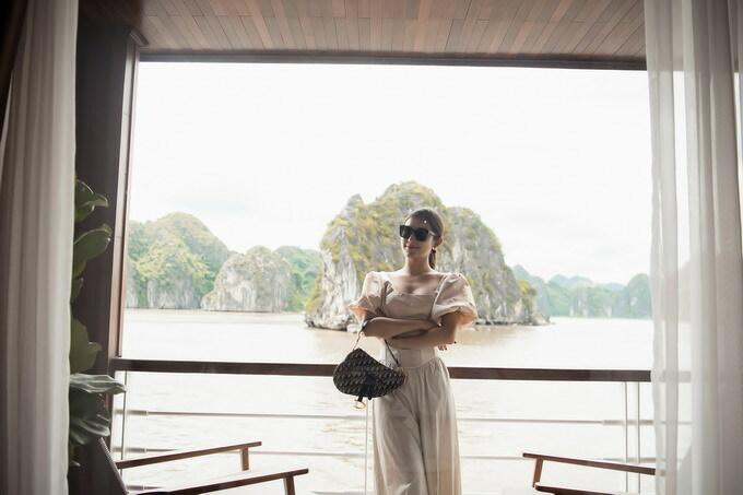 Huyền My tận hưởng khung cảnh Vịnh Lan Hạ từ ban công rộng lớn trong phòng nghỉ dưỡng. Sau chuyến đi, cô cho biết mình bắt đầu bị nghiện du thuyền và sẽ quay trở lại nơi đây trong thời gian sớm nhất. Á hậu Việt Nam cũng kêu gọi mọi người ủng hộ ngành du lịch nước nhà bằng việc liên tục cập nhật các hình ảnh đẹp trên mạng xã hội cũng như chia sẻ trải nghiệm, nhận xét về các dịch vụ trên tàu.