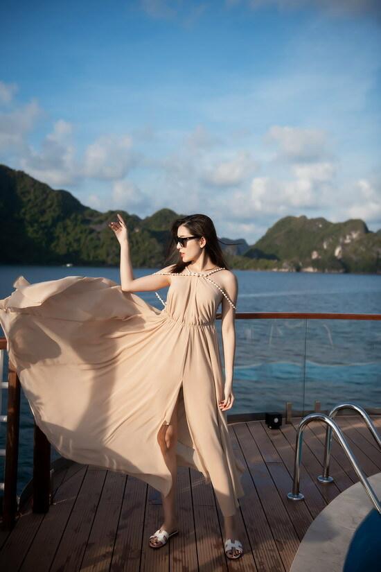 Á hậu Việt Nam đem theo nhiều trang phục để chụp hình sống ảo, đăng tải trên mạng xã hội và kêu gọi mọi người khám phá các cảnh đẹp Việt Nam. Vịnh Lan Hạ là một điểm du lịch đang phát triển trong nước với cảnh quan hùng vĩ.