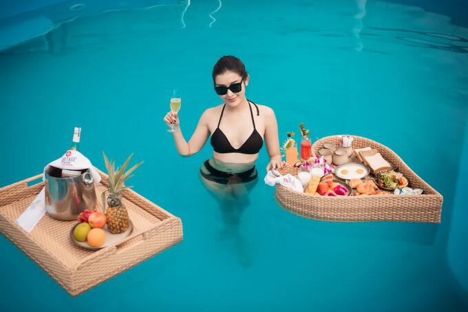 Là du thuyền duy nhất có bể bơi trên tầng thượng ở Vịnh Lan Hạ, Huyền My tranh thủ dậy sớm vào buổi sáng, diện bikini và tận hưởng bữa sáng dưới nước. Cô gọi nhiều món ăn và dành tới một tiếng rưỡi để ăn hết bữa sáng.